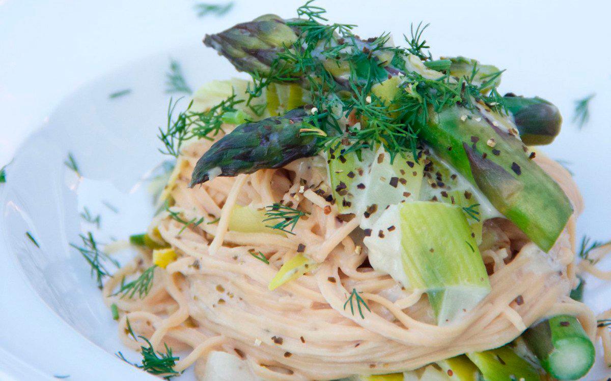 Спагетти с крем-соусом, луком-пореем и спаржей
