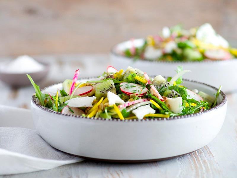 Салат из рукколы, киви и укропа