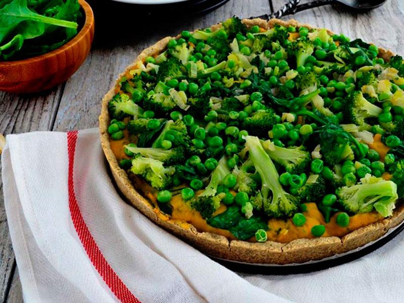 Пирог с брокколи и хумусом