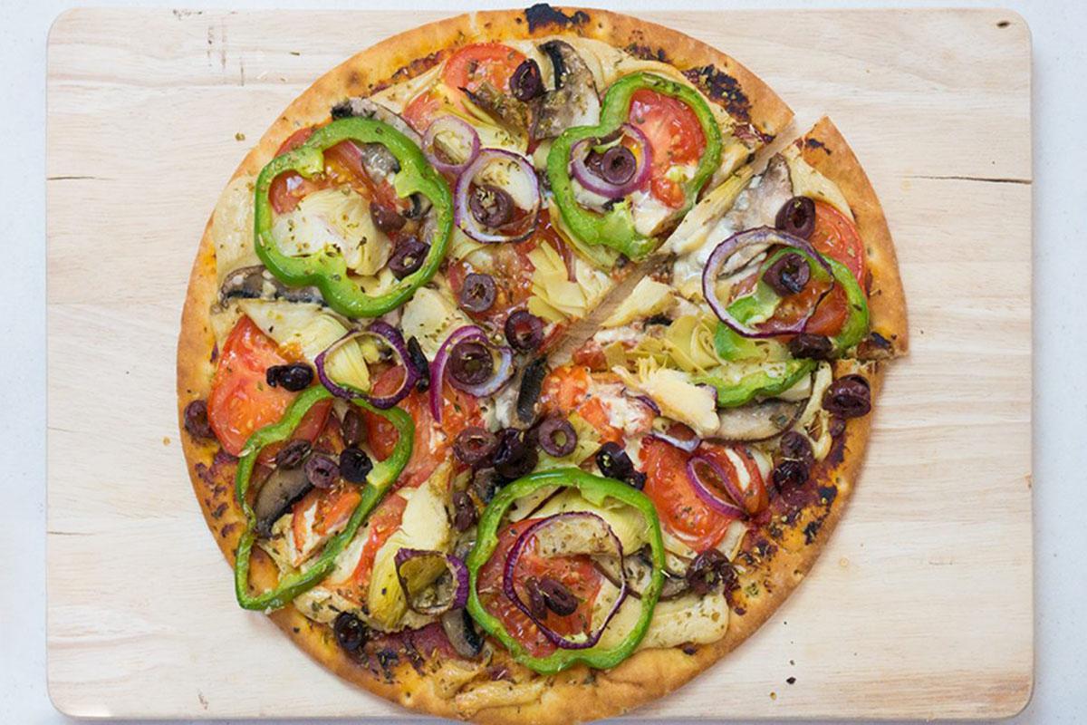 Веганская пицца с сыром из кешью, перцем, грибами и артишоками