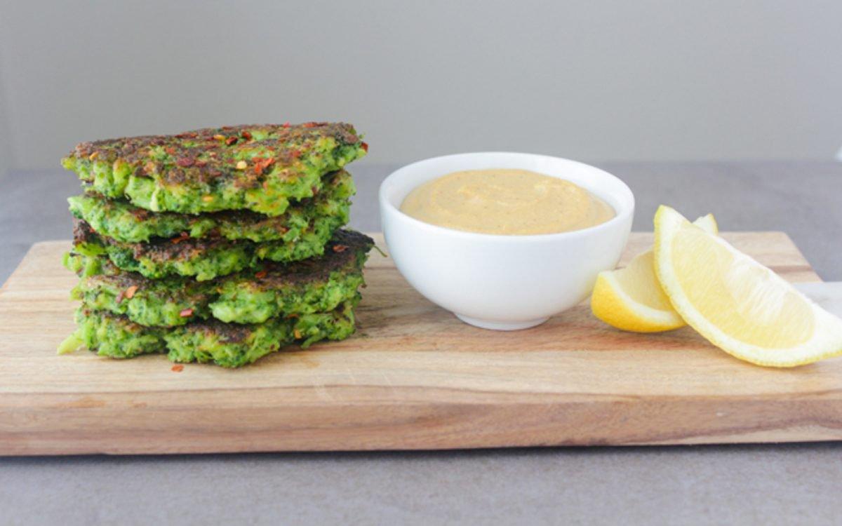 Зеленые блинчики с брокколи под «сырным» соусом