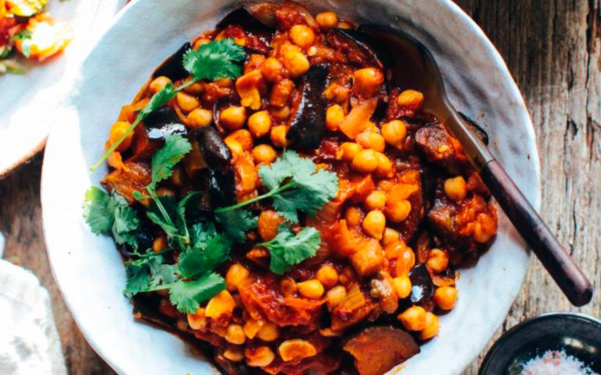 Овощное рагу с нутом и баклажанами